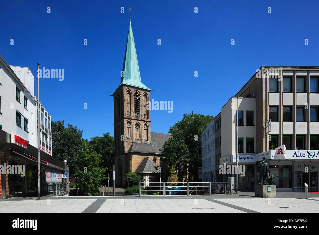 Katholische Propsteikirche Sankt Peter und Paul und Kaufhaeuser in der Innenstadt, Bochum, Ruhrgebiet, Nordrhein-Westfalen - Stock Image