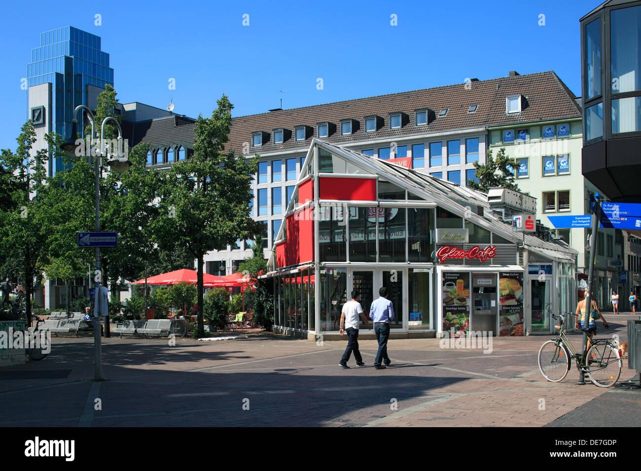 Glascafe und Bankgebaeude Deutsche Bank am Husemannplatz und Kortumstrasse in Bochum, Ruhrgebiet, Nordrhein-Westfalen - Stock Image