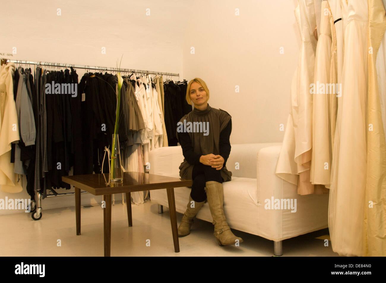 Österreich, Wien 5, Margarethenstrasse 39, Modedesignerin Sandra Thaler in ihrer Designerboutique Elfenkleid. - Stock Image