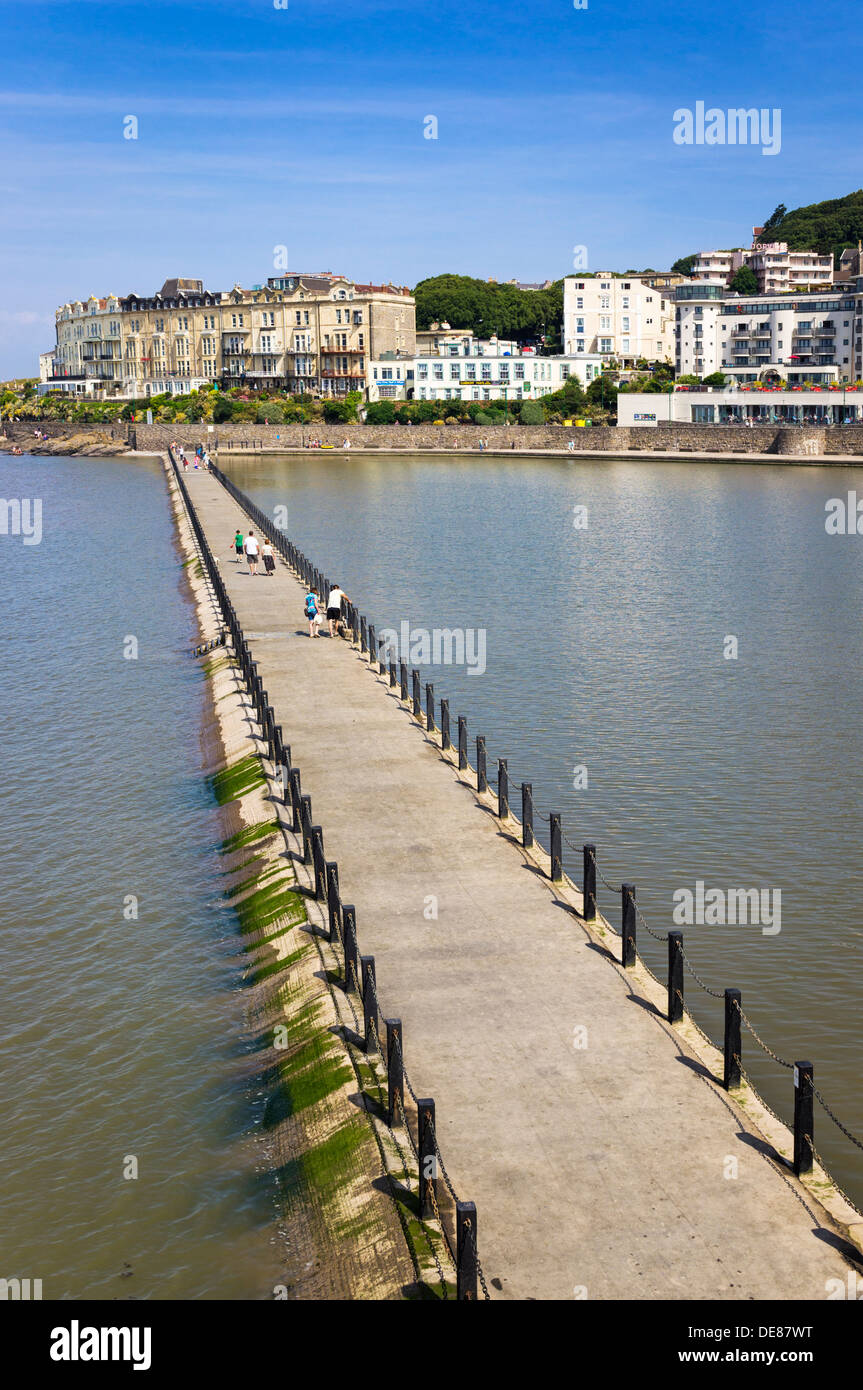The walkway that divides Marine Lake from the sea at Weston-Super-Mare, Somerset, UK - Stock Image