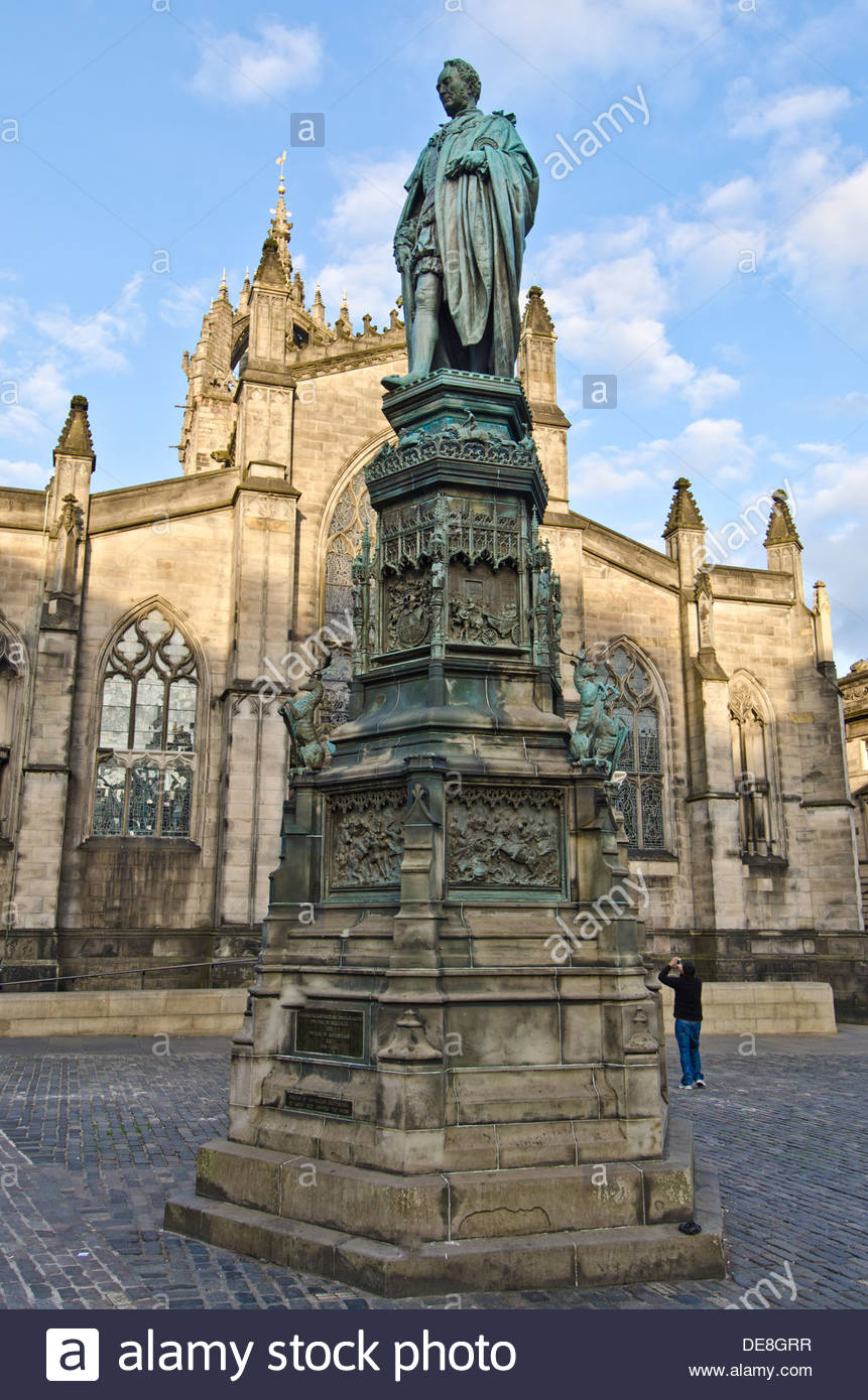 Statue of the 5th Duke of Buccleuch on Parliament Square, in front of Saint Giles' cathedral, in the Old Town of Edinburgh - Stock Image