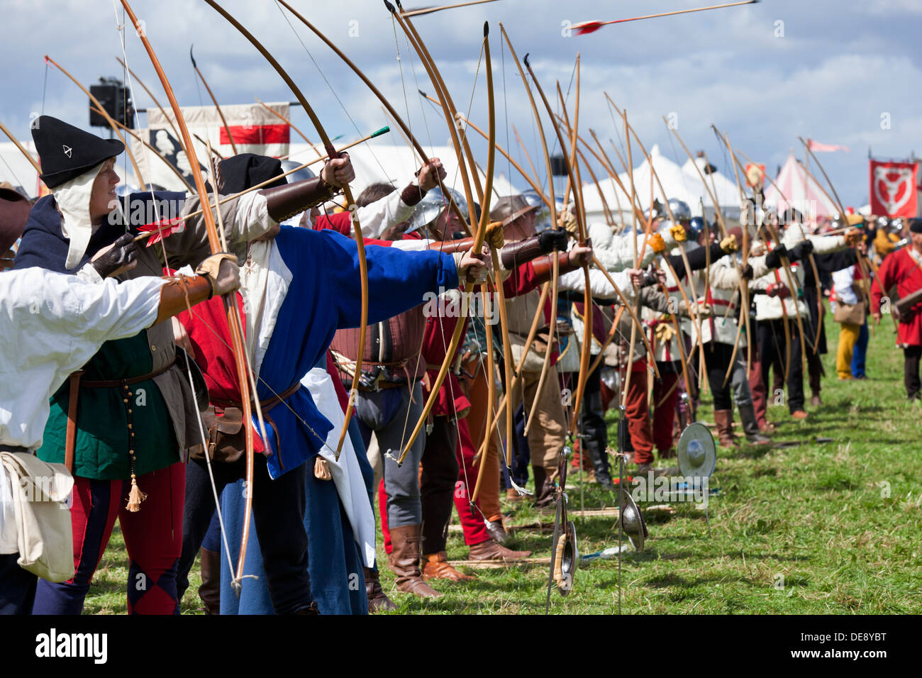 Archers firing in Wars of the Roses Federation re-enact the Battle of Bosworth  Hinckley Leicestershire England GB UK EU Europe - Stock Image