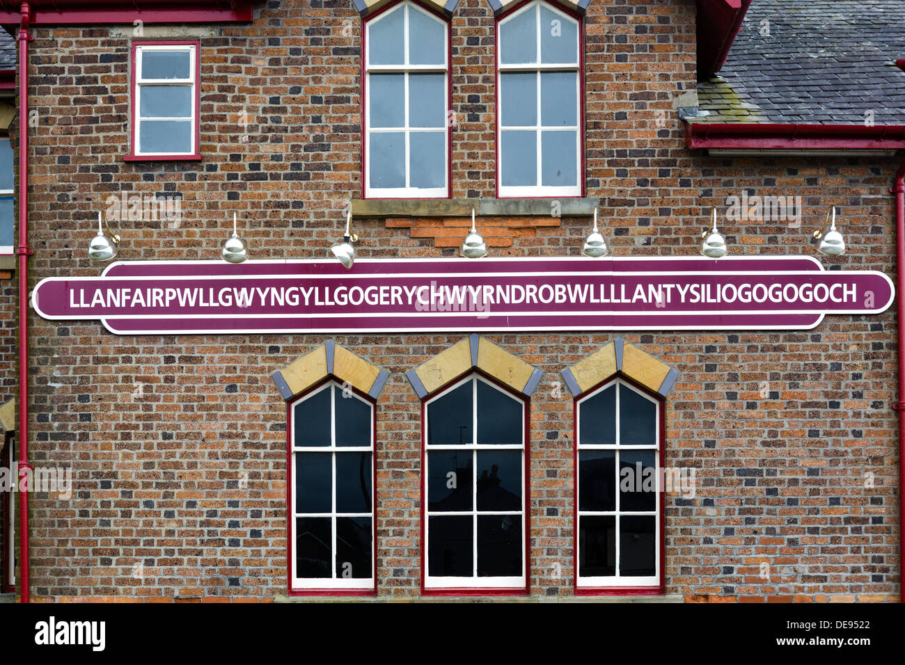 Station sign for longest place name in the UK, Llanfairpwllgwyngyllgogerychwyrndrobwllllantysiliogogogoch, Anglesey, Wales, UK - Stock Image