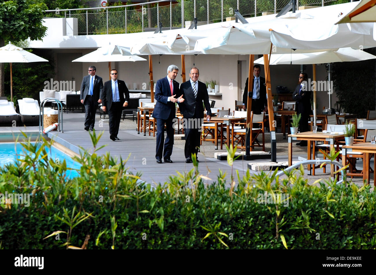 US Secretary of State John Kerry walks with Russian Foreign Minister Sergey Lavrov after the two finalized an agreement related to eliminating chemical weapons from Syria during an impromptu poolside negotiating session September 14, 2013 in Geneva, Switzerland. - Stock Image