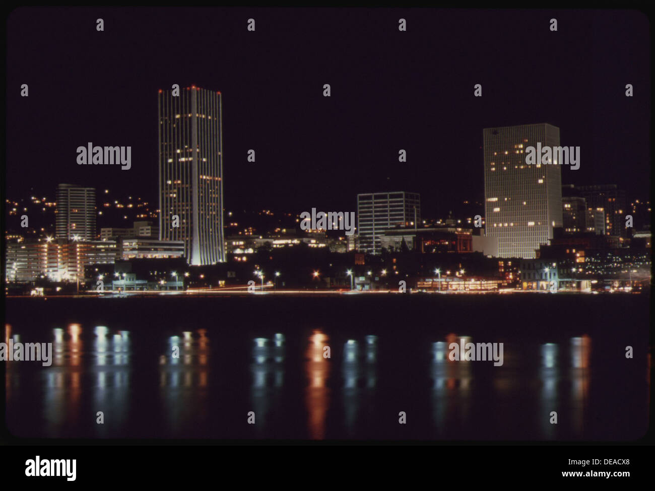 DOWNTOWN CORE AREA OF PORTLAND, AFTER 7 P.M. ON NOVEMBER 2 1973, DURING THE STATE'S ENERGY CRISIS WITH FEW COMMERCIAL Stock Photo