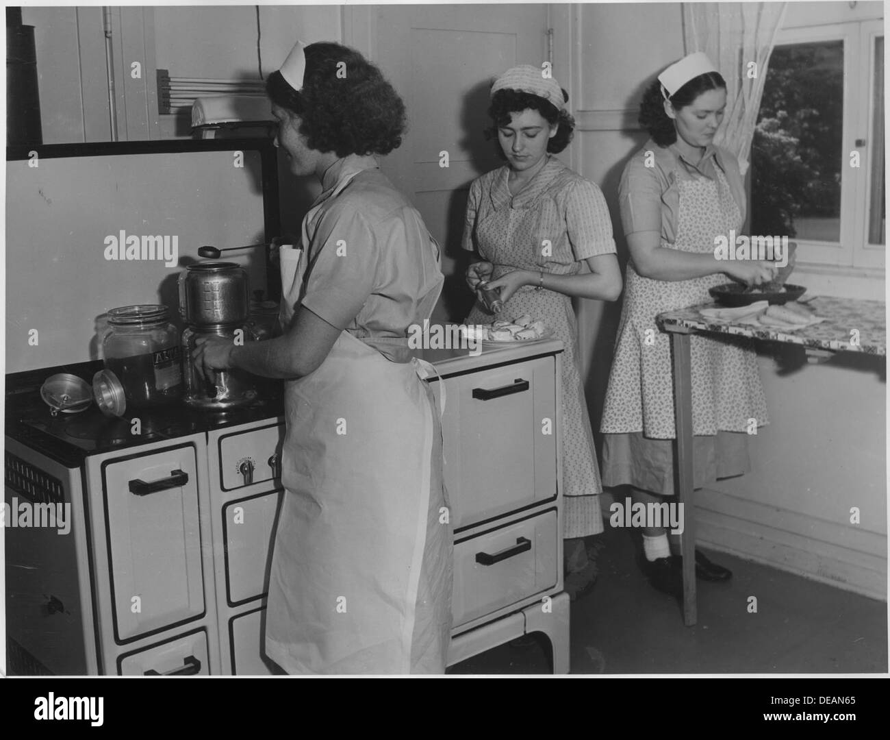 Photograph, WP 10688, OP 5E665 08 3 169, Household Workers Training Project, San Jose, California (Cooking). 296100 - Stock Image