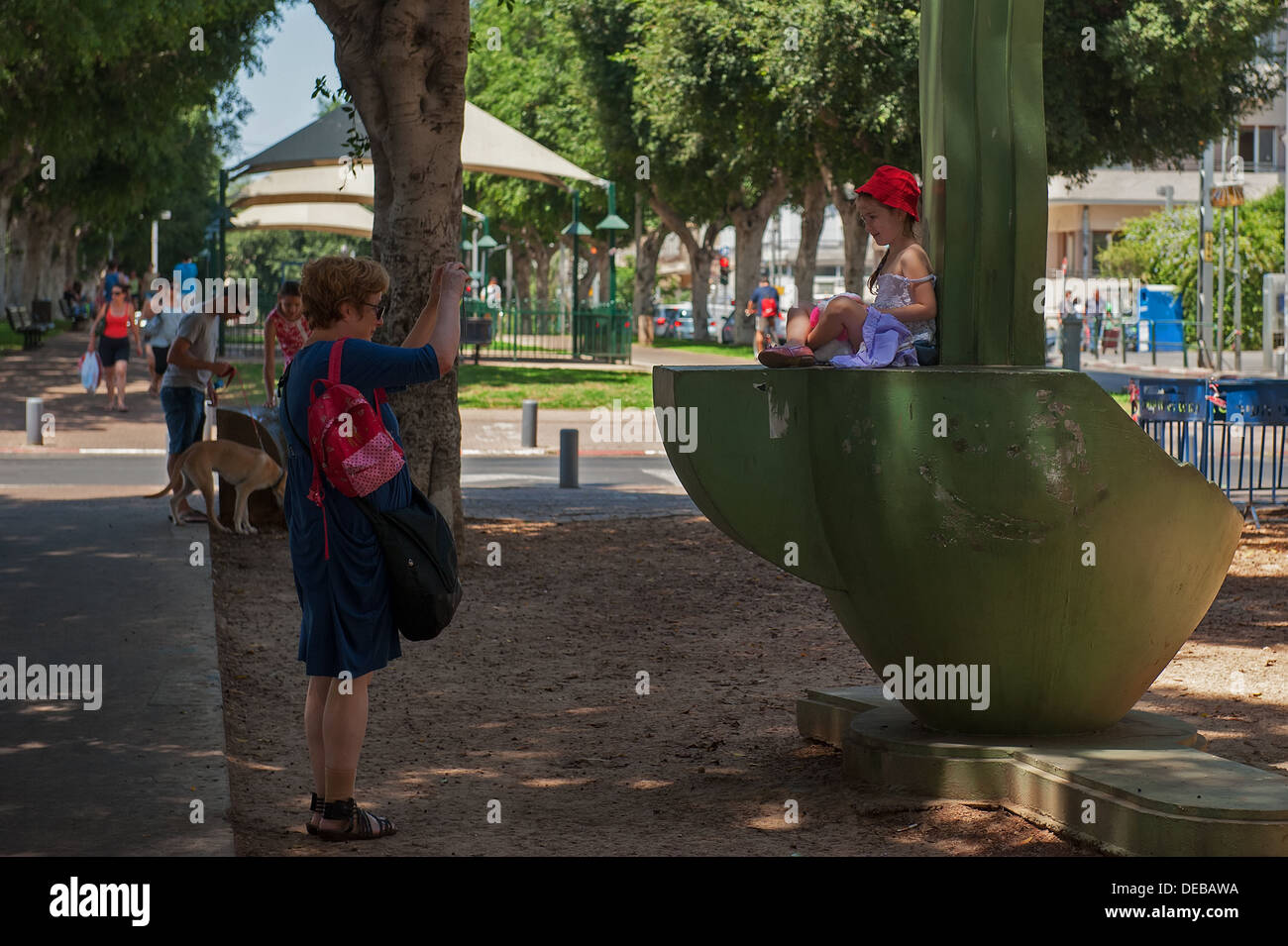 A mother photographing her daughter at Rothschild Boulevard,  Tel Aviv, Israel - Stock Image