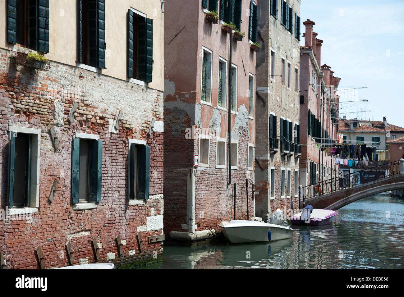 Castello district, the moving Venice with its canals and dilapidated dwellings (Italy). L'usure du temps sur l'habitat Vénitien. - Stock Image