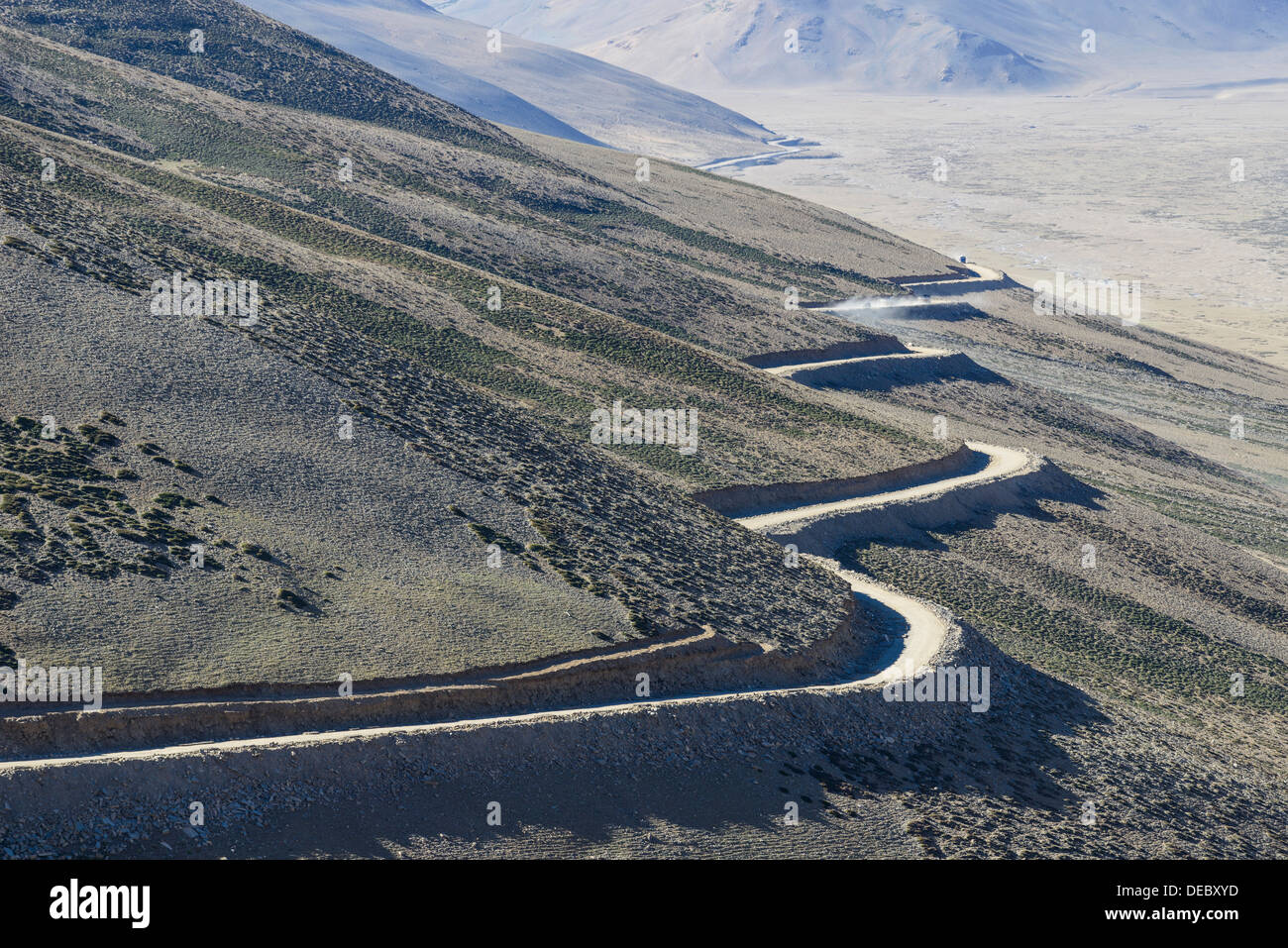 A winding road leading up to Taglang La, 5.325 m, the highest pass on the Manali-Leh Highway, Rumtse, Ladakh, Jammu and Kashmir - Stock Image