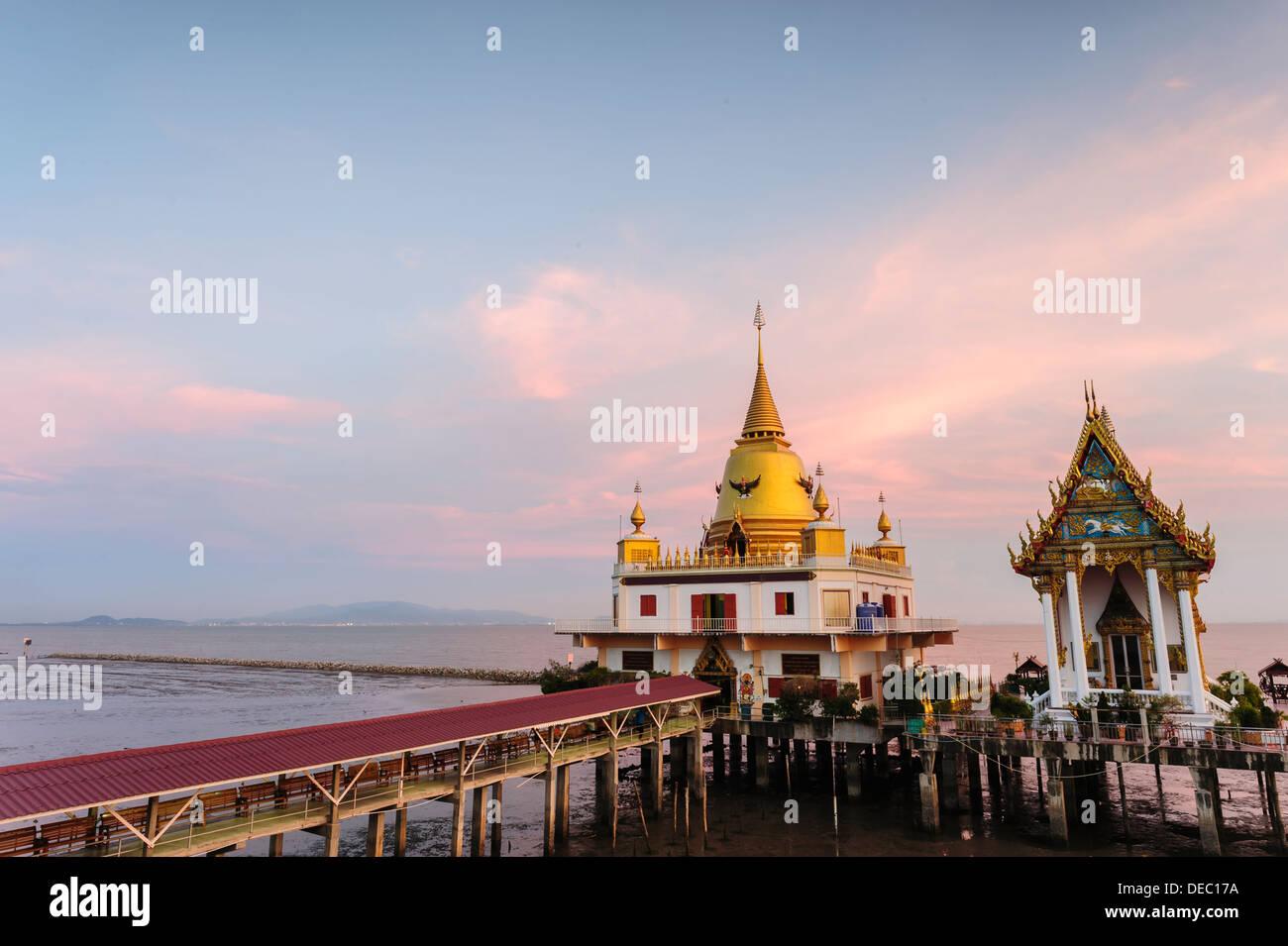 Beautiful twilight Phra Maha Pagoda Ganges Precha Prapakorn (Middle sea pagoda), Wat Hong Thong, Chachoengsao Province, Thailand - Stock Image