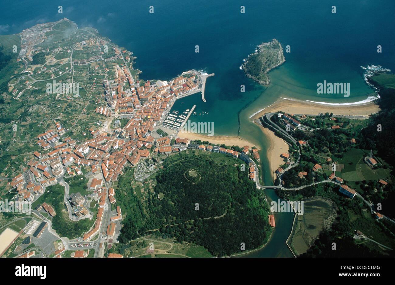 Carraspio beach. San Nicolas island. Lea estuary. Lekeitio. Vizcaya. Euskadi. Spain. - Stock Image