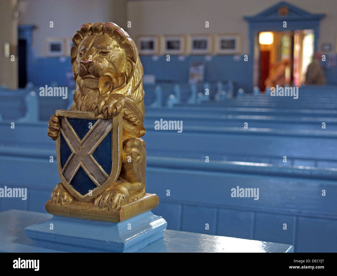 Scots lion holding a Saltaire shield ready for independence from the Royal Mile Church of Canongate Kirk - Stock Image