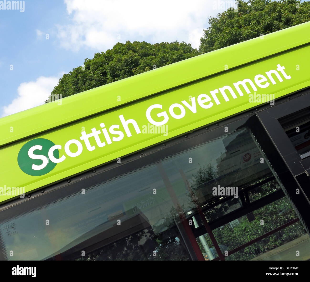 Bus outside the The Scottish Parliament / Government in Edinburgh which would be home of an independent Scotland - Stock Image