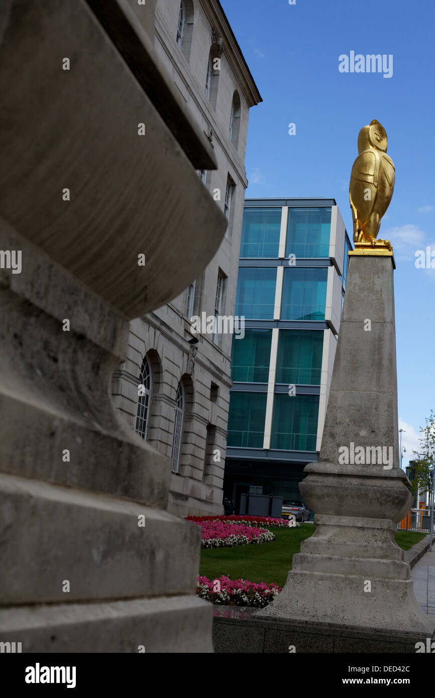 golden owl on Leeds Civic Hall building - Stock Image