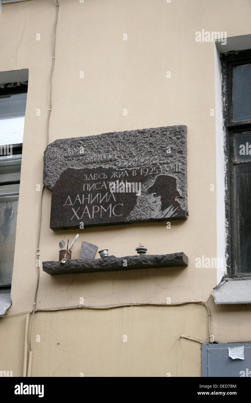 Memorial to writer Daniil Kharms, an absurdist writer in 1920s-30s St Petersburg, Russia. Memorial outside his flat - Stock Image