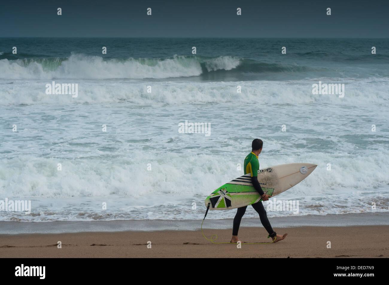 Surfistas en Barcelona, Mar Mediteraneo - Stock Image