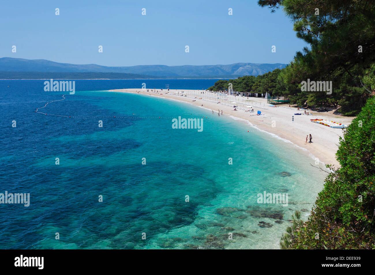 Beach, Zlatni Rat (Golden Horn) and the island of Hvar in the background, Bol, Brac Island, Dalmatia, Croatia, Europe - Stock Image