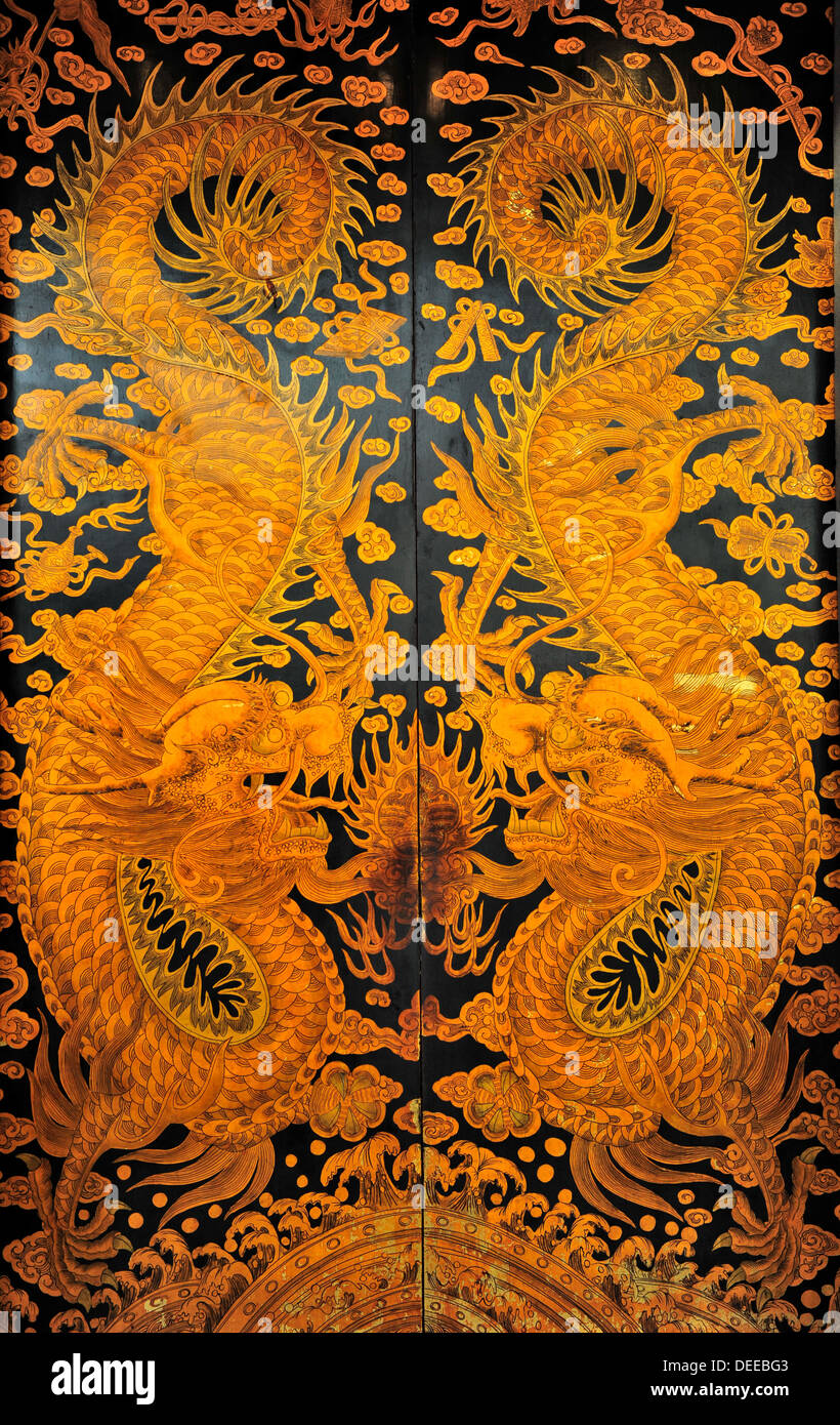 Hand painted golden dragons on the entrance doors of  Thian Hock Keng Temple in Singapore - Stock Image