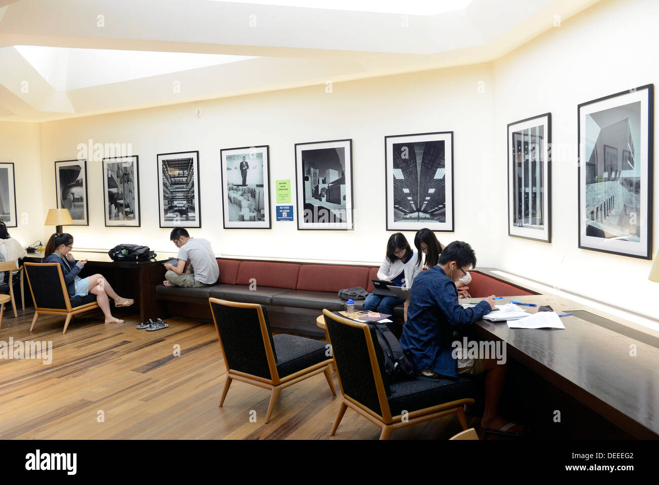 Chinese students studying at Yale Summer School study in Eero Saarinen designed Morse Residential College, built 1961. - Stock Image