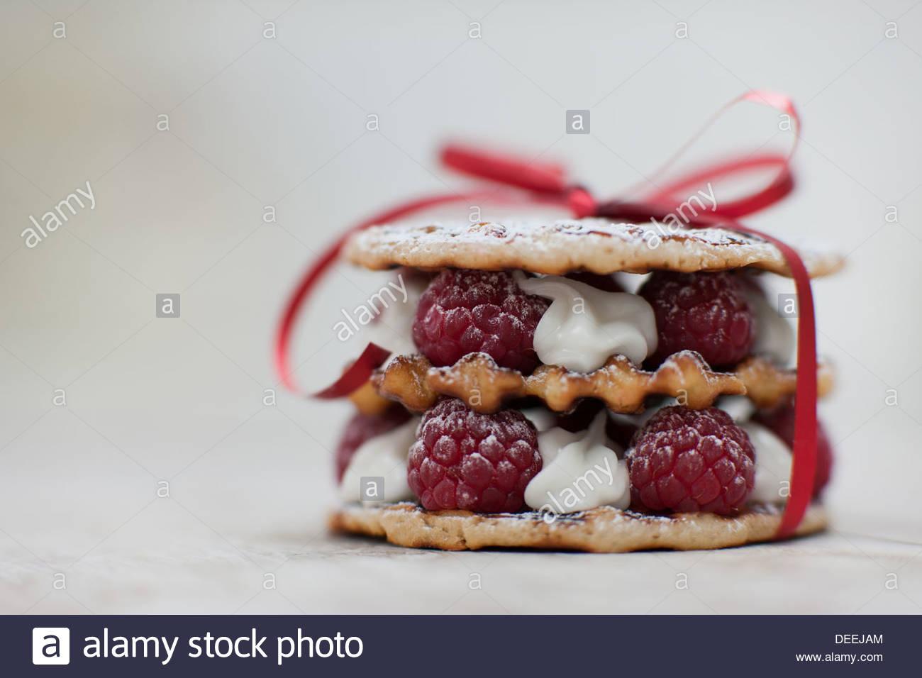 Close up of raspberry and cream cookie dessert - Stock Image