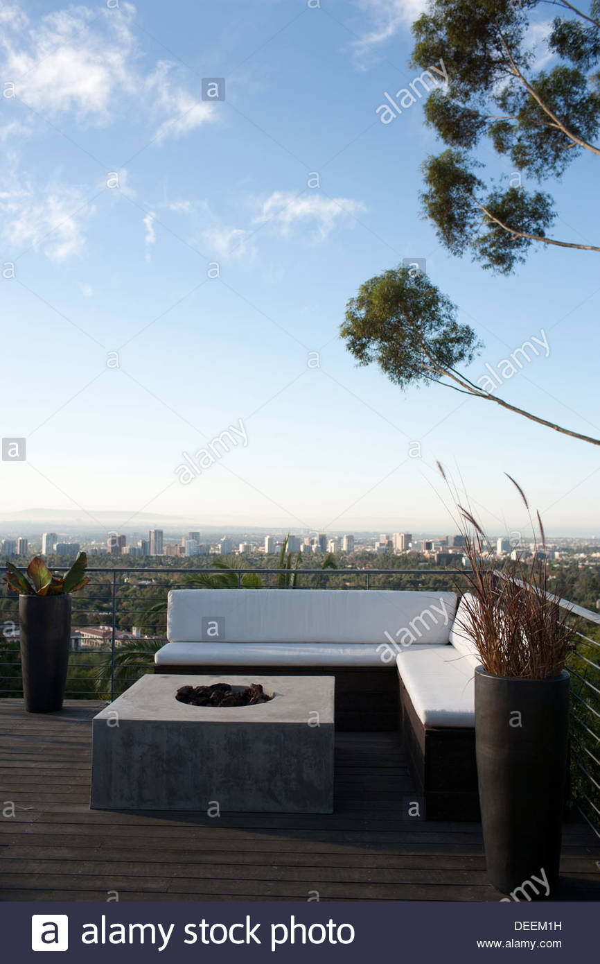 Balcony seating area overlooking cityscape - Stock Image