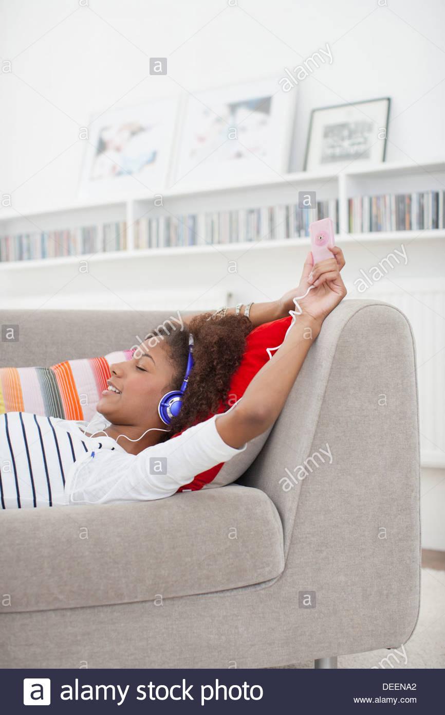 Teenage girl listening to mp3 player - Stock Image