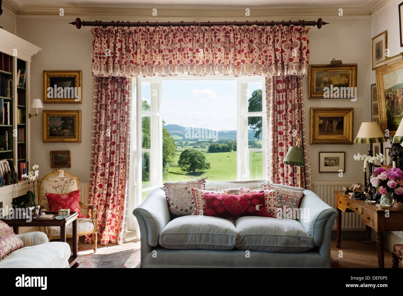 Gentil Country Estate Living Room With Red Patterned Curtains