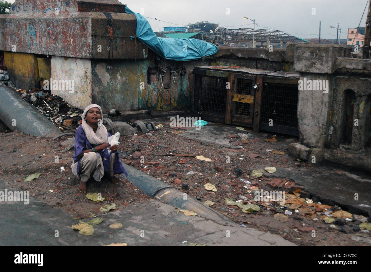 Woman belonging to the 'untouchable class' of India looks for food on the streets of Kolkata - Stock Image