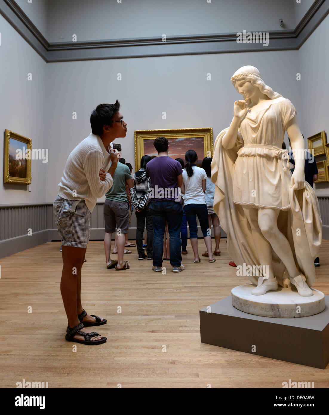 Student of David Nolta's 'Introduction to the History of Art' class in newly renovated Yale University Art Gallery. - Stock Image