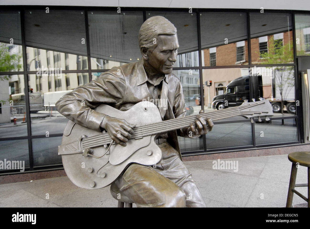 Statue of Chet Atkins Country Music Legend in front of Bank of America building Nashville. Tennessee. USA. - Stock Image