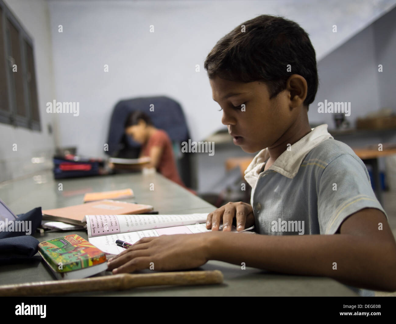 Students in an evening school enrichment program on a farm in Naroda, India - Stock Image