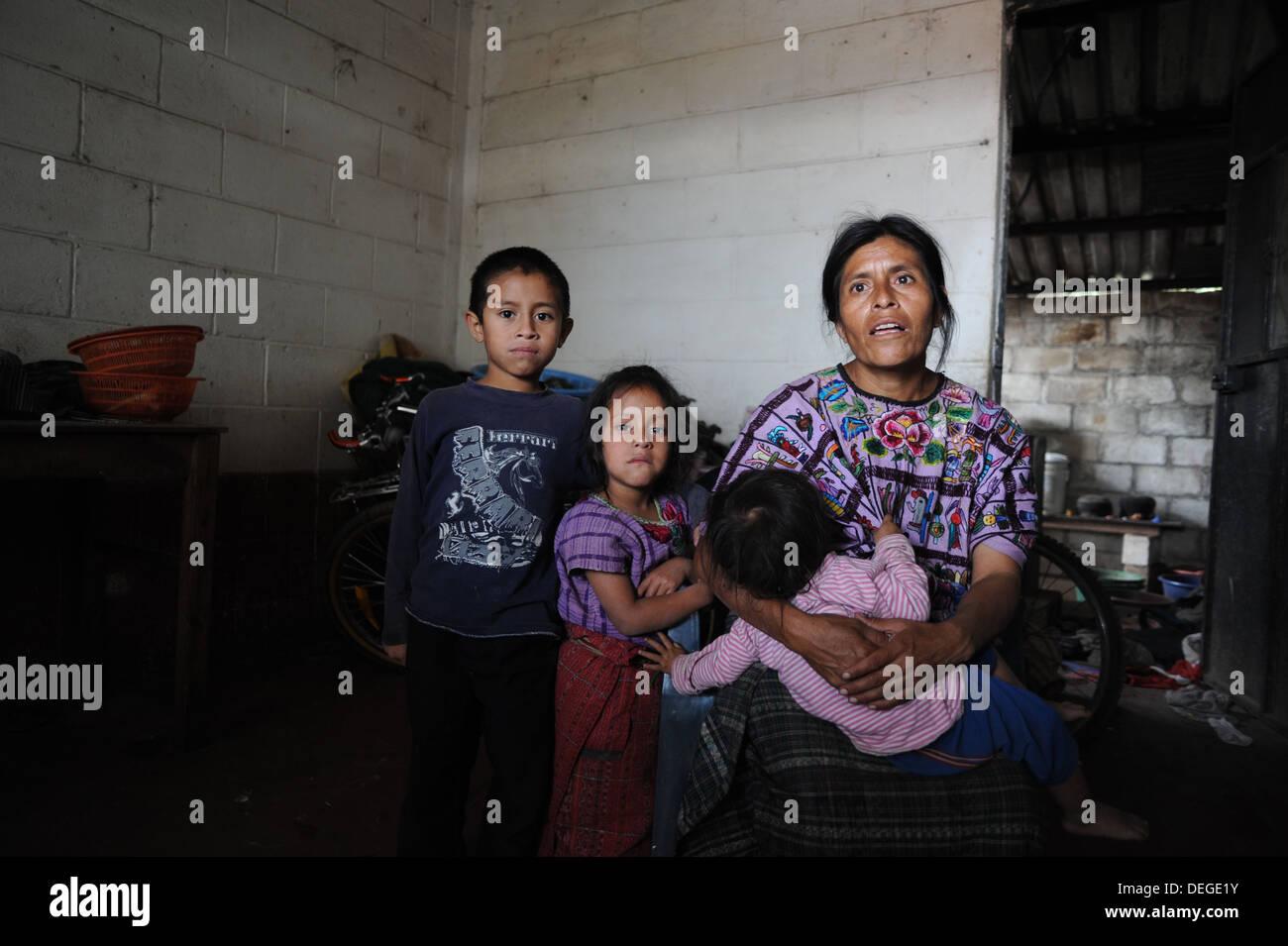 Guatemala indigenous family in Chuk Muk, Santiago Atitlan, Guatemala. - Stock Image