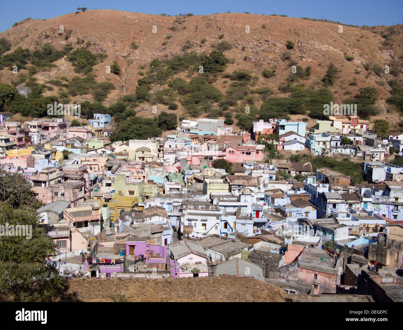 Hillside human settlement in Durgapur, Rajasthan, India. - Stock Image