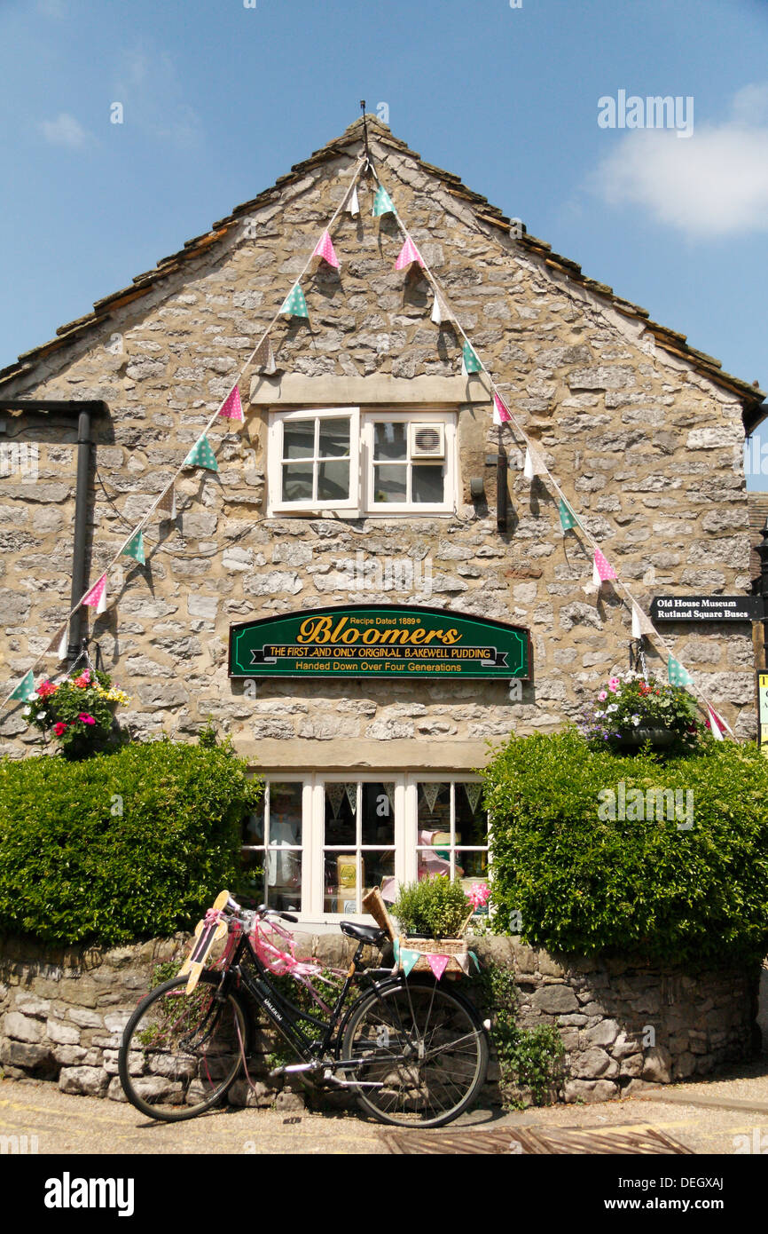 View of Bloomers Original Bakewell Pudding shop in Bakewell, Peak District, Derbyshire, 2013 - Stock Image