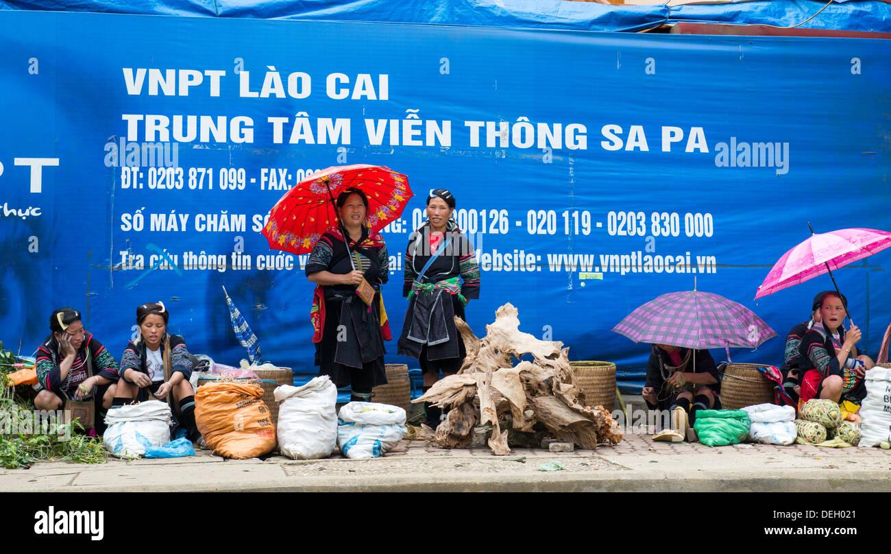 Ethnic group Black Hmong woman sale the Sa Pa market, Sa Pa, Vietnam - Stock Image