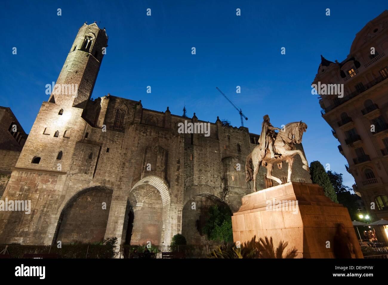 Capella de Santa Agata  Muralla romana  Estatua ecuestre de Ramon Berenguer III  España, Catalunya, Barcelona - Stock Image