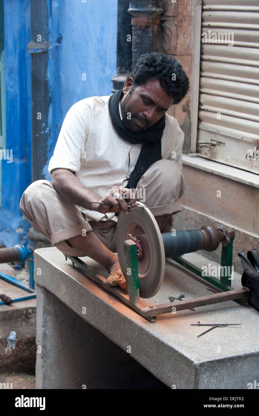 Knife grinder, traditional handcraft, Blue city, Jodhpur, Rajasthan, India - Stock Image