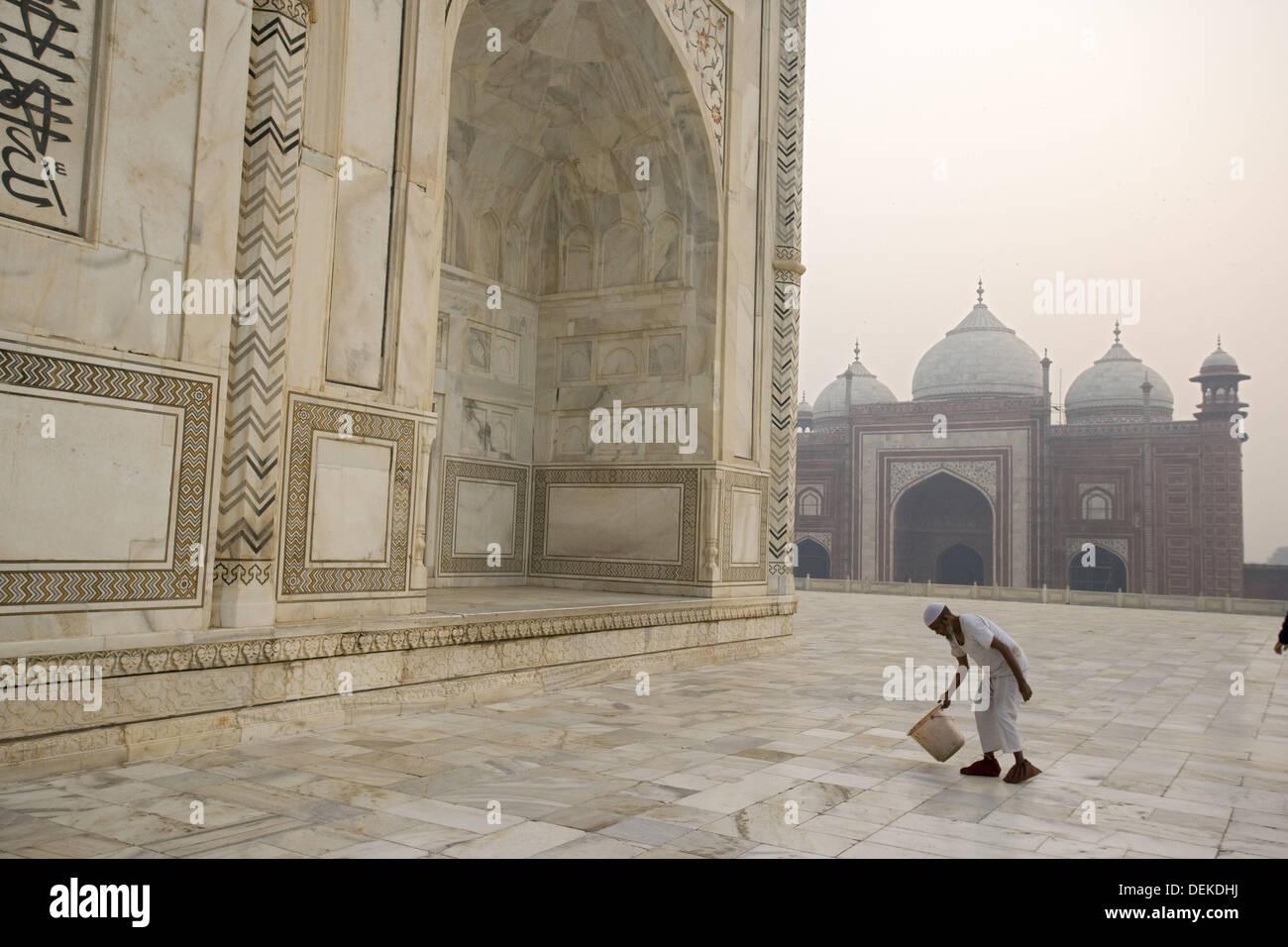 Man cleaning arownd Taj Mahal, Built by Shah Jahan in memory of Mumtaz Mahal his wife - Stock Image