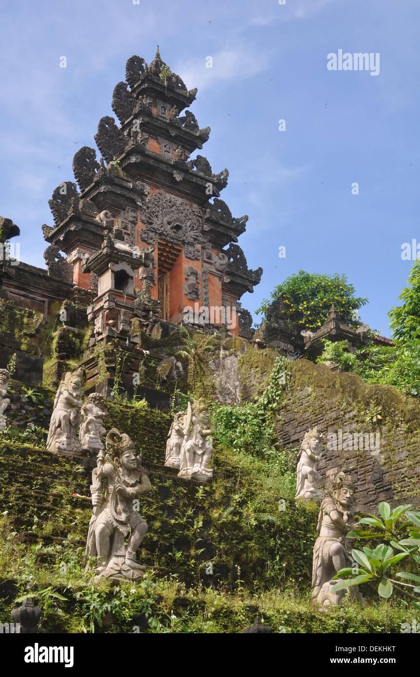 near Ubud (Bali, Indonesia): Hindu statues at the temple facing the Ubud Hanging Gardens Hotel - Stock Image
