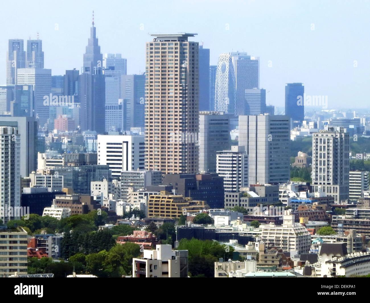 Blick auf das Wolkenkratzerviertel Shinjuku von Tokio, aufgenommen am 26.04.2013. Zwischen den Hochhäusern gibt es viele kleine Parks.  Foto: Peter Jähnel    View at the quarter of skyscrapers Shinjuku in Tokio, Japan, 26 Apri 2013. Photo: Peter Jaehnel - Stock Image