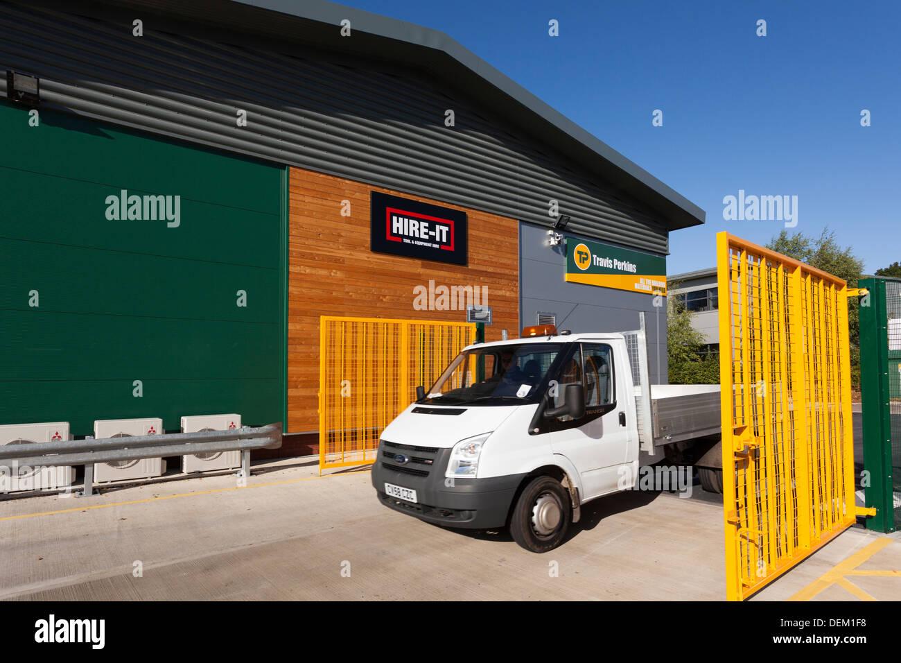 van entering builders merchants Travis Perkins - Stock Image