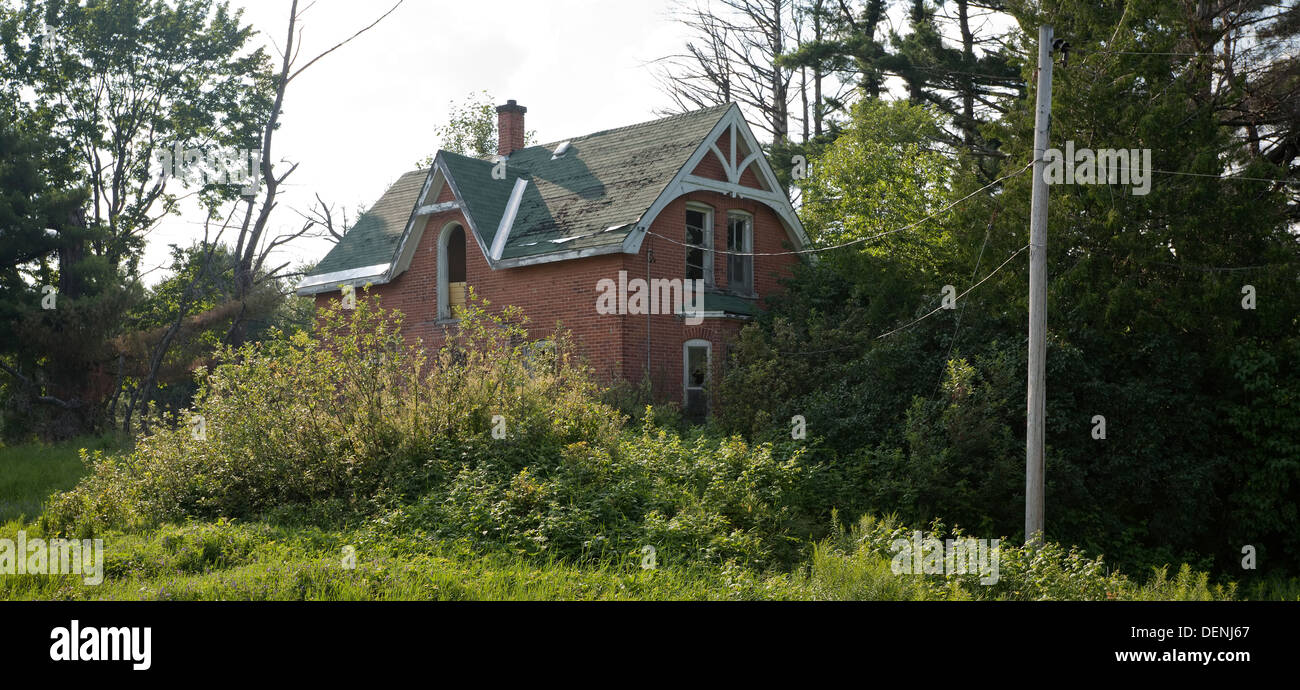 An old farmhouse slowly being taken over by nature in Muskoka, Ontario, Canada. - Stock Image