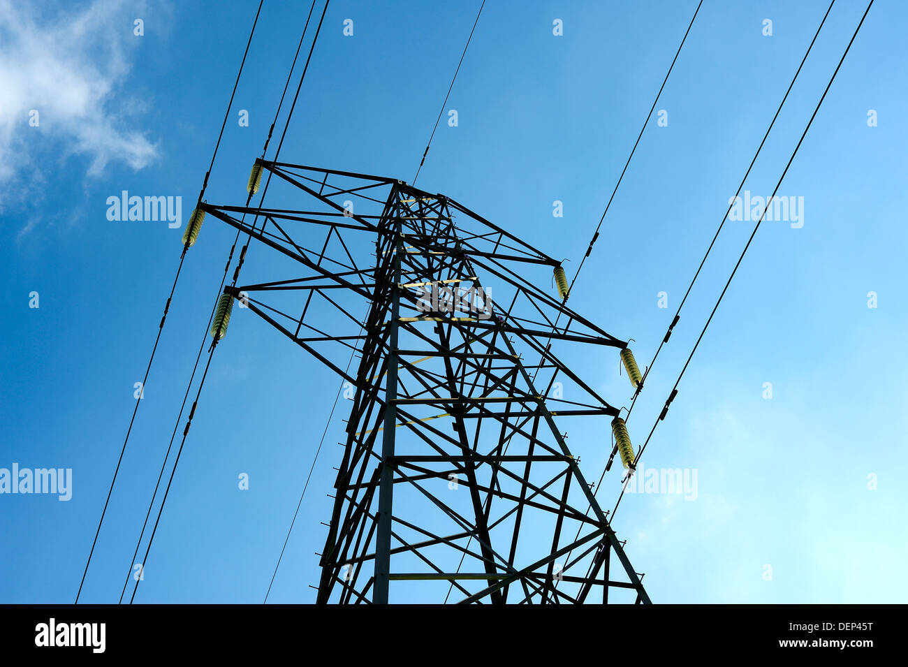 ELECTRICAL POWER PYLON WITH SUPPLY CABLES OR LINES AGAINST A BLUE SKY ELECTRIC - Stock Image