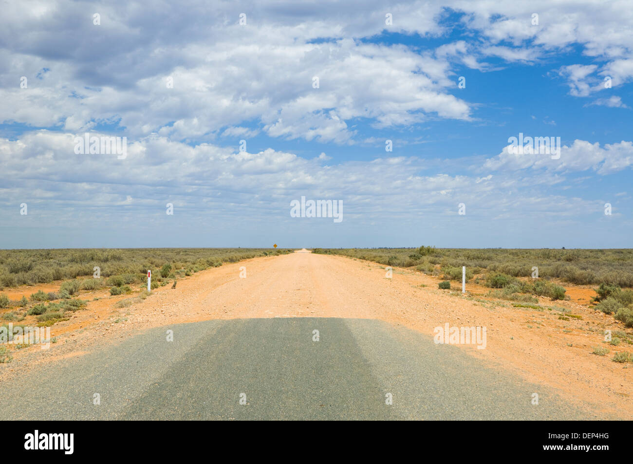 End of asphalt Road, between Balranald and Mungo National Park, New South Wales, Australia - Stock Image