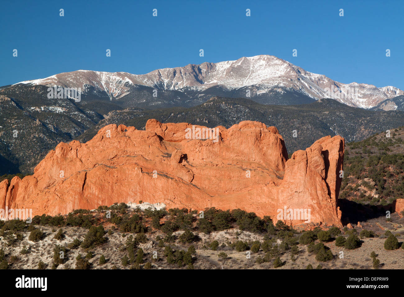 North Gateway Rock at Garden of the Gods Park in Colorado Springs, Colorado, USA, with Pikes Peak in background - Stock Image