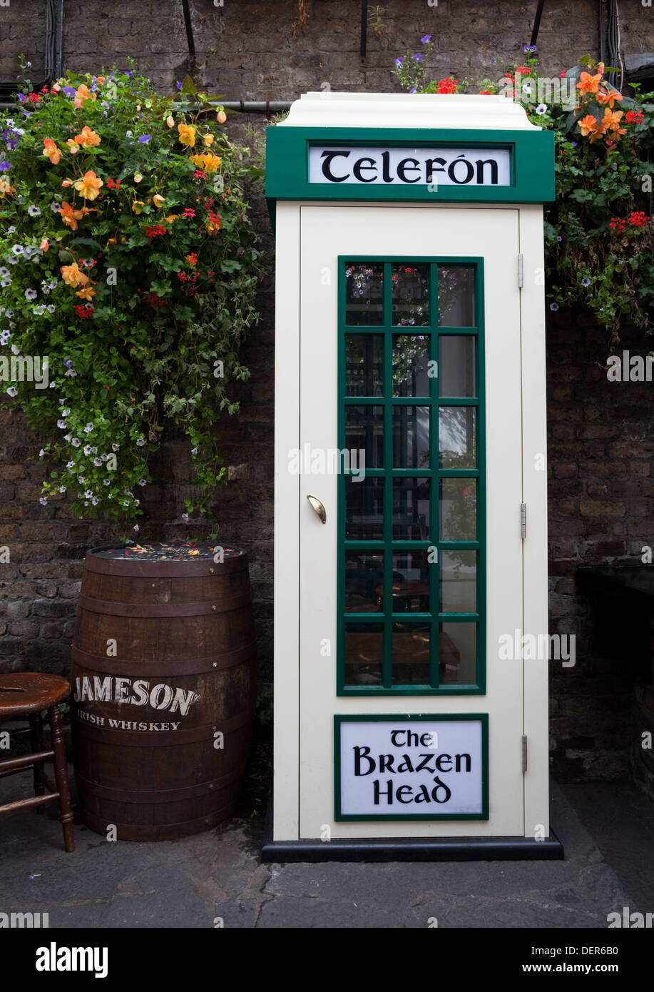 Original An Post Telephone Kiosk, The Brazen Head pub, Lower Bridge Street, Dublin City, Ireland - Stock Image