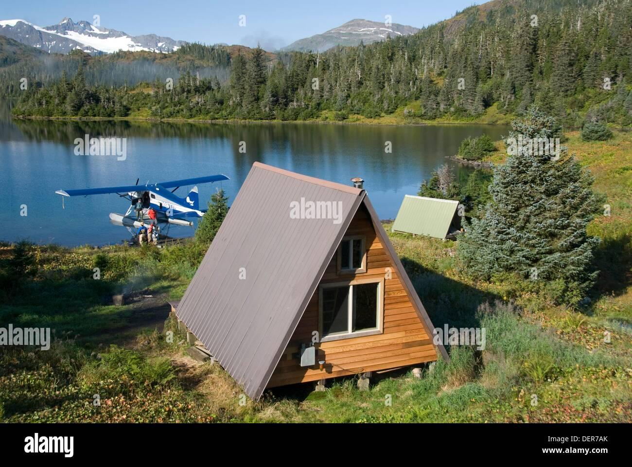 Us forest service cabin loading plane shrode lake for Cabina remota alaska