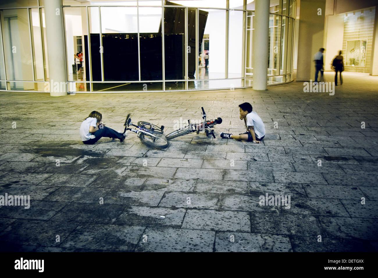 Choque amoroso de dos bicicletas detrás del MACBA de Barcelona, Cataluña, España - Stock Image