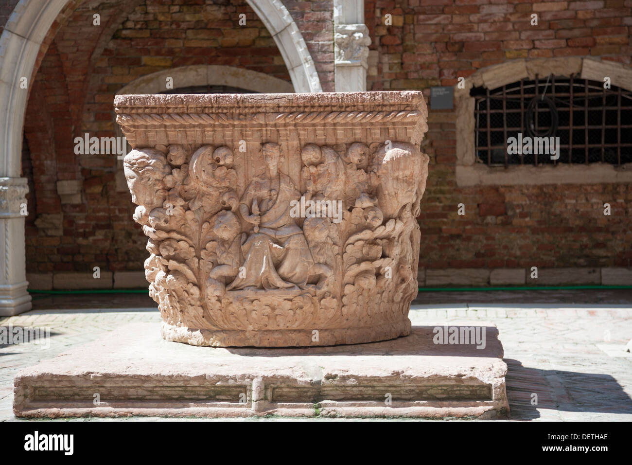 The well of the Ca' d'Oro Palace's courtyard (Venice - Italy). Le puits de la cour du Palais Ca' d'Oro, à Venise (Italie). - Stock Image