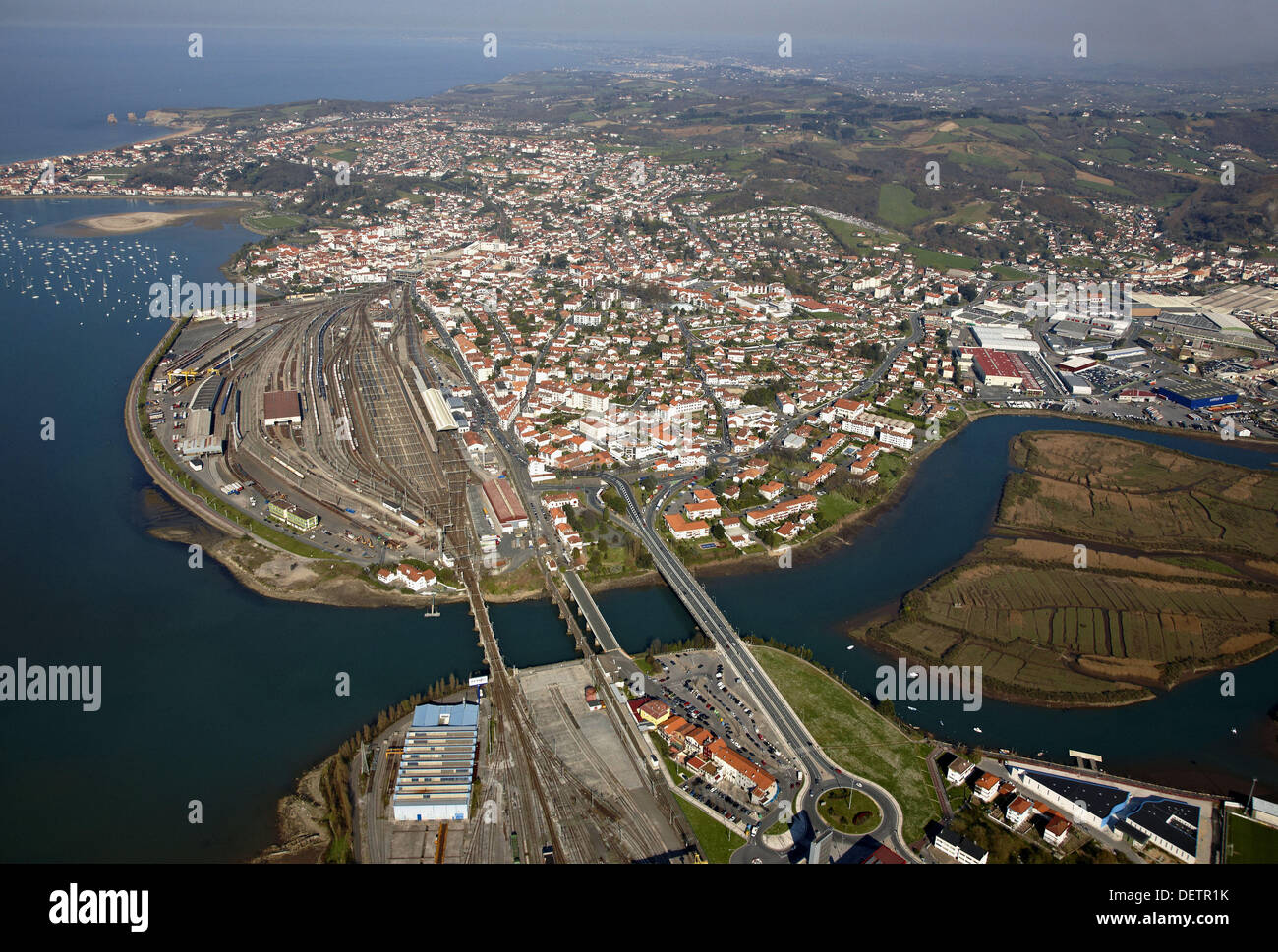 Puente de Santiago (bridge), Irun (Spain, bottom), Hendaye (France, top). Bidasoa river mouth, Txingudi Bay, Spanish-French - Stock Image